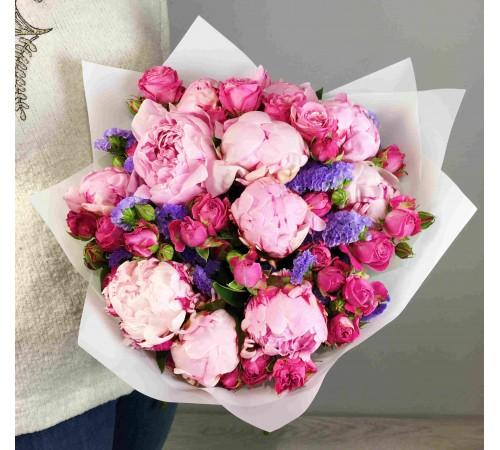 Букет пионов с розой