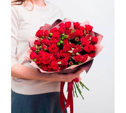 Букет из 15 кустовых роз алого цвета